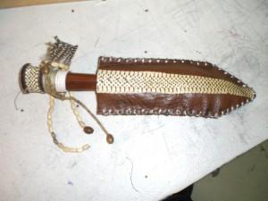 Poignard en peau de serpent patiné agrémenté de breloques dans Costumes cimg2226-300x225